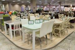 Khimki Ryssland - September 03 2016 olika tabeller och stolar i den största tusen dollar för möblemanglager Fotografering för Bildbyråer