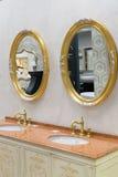 Khimki Ryssland - September 03 2016 sälja den rika vattenvattenkranen och sanitära ware i den största tusen dollar för möblemangl Royaltyfria Foton