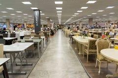 Khimki Ryssland - September 03 2016 Tabeller och stolar i den största tusen dollar för möblemanglager Royaltyfria Bilder