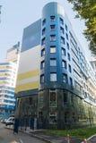 Khimki, wrzesień 03 2016 nowożytny kondygnacja budynek mieszkalny na tle niebieskie niebo Fotografia Stock