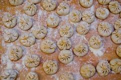 Khinkali饺子被充塞的面团顶上的射击 免版税库存图片