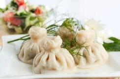 Khinkali Georgian com salada Imagens de Stock
