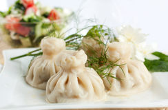 Khinkali georgiano con insalata Fotografia Stock