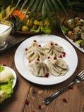 Khinkali georgiano tradicional de la comida en la placa blanca imagenes de archivo