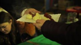 Khinkali saporito ed appetitoso con salsa, cucina orientale Fest dell'alimento della via stock footage