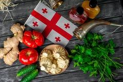 Khinkali su una tavola di legno con le verdure Immagine Stock Libera da Diritti