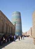 KHIVA, UZBEKISTA, N - 2014年5月01日:Khiva街道与Kalta较小尖塔vew的 库存图片