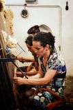Khiva/Ουζμπεκιστάν - 5 Μαΐου 2010: νέο υφαίνοντας μετάξι γυναικών για τις παραδοσιακές κουβέρτες ταπήτων στην ιστορική περιτοιχισ στοκ φωτογραφία με δικαίωμα ελεύθερης χρήσης
