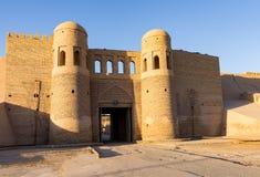 Khiva -乌兹别克斯坦双turreted西部门  免版税库存照片