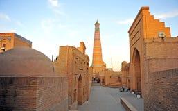 Khiva : minaret sur le coucher du soleil images libres de droits