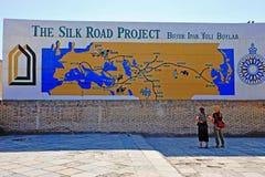 Khiva: Touristen an der Seidenstraßekarte lizenzfreie stockfotografie