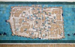 KHIVA, USBEKISTAN - 1. MAI 2014: Die Karte von Khiva auf den Keramikfliesen Lizenzfreies Stockfoto