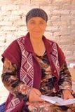 KHIVA, USBEQUISTÃO - 2 DE MAIO DE 2011: Retrato de uma mulher do Uzbeque com vestido colorido Fotografia de Stock Royalty Free