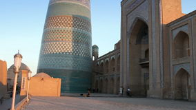 Khiva, Uzbekistán, siglo XIX de menor importancia inacabado de Muhammad Amin Khan del alminar del alminar de Kalta metrajes