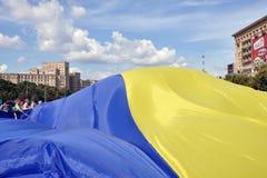 KhKharkov, Ucrânia, quadrado da liberdade, bandeira ucraniana Imagens de Stock Royalty Free