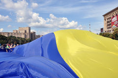 KhKharkov, Ucrania, cuadrado de la libertad, bandera ucraniana Imágenes de archivo libres de regalías