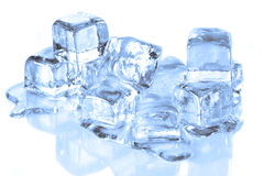 Kühle Eis-Würfel, die auf einer reflektierenden Oberfläche schmelzen Lizenzfreies Stockfoto