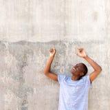 Kühler junger Afroamerikanermann, der oben Finger zeigt Stockbilder