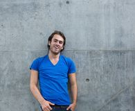 Kühler Kerl im blauen Hemd draußen lachend Stockbild