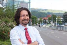Kühler türkischer Geschäftsmann draußen vor seinem Büro Lizenzfreies Stockbild