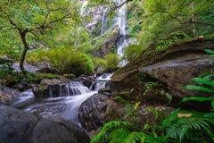 Khlong Lan瀑布是美丽的瀑布在雨林密林泰国 图库摄影