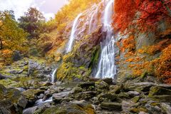 Khlong Lan瀑布是美丽的瀑布在雨林密林泰国 免版税库存图片