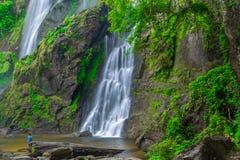 Khlong Lan瀑布,美丽的瀑布在深森林,泰国里 库存照片