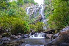 Khlong Lan siklawa jest piękne siklawy w las tropikalny dżungli Tajlandia zdjęcia royalty free