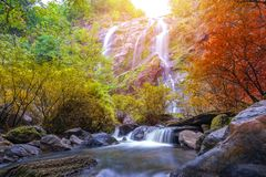 Khlonglan de waterval is mooie Watervallen in de regenwoudwildernis Thailand royalty-vrije stock afbeelding