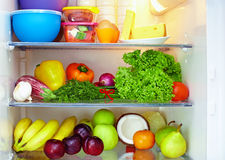 Kühlraum voll der gesunden Nahrung Stockfotos
