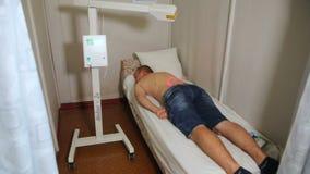 KHMELNIK, UCRÂNIA, O 13 DE JULHO DE 2017: Terapia do laser O paciente adota o procedimento em um escritório fisioterápico filme