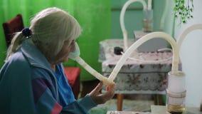 KHMELNIK, UCRÂNIA, O 7 DE JULHO DE 2017: Tratamento do sanatório inhalation A mulher superior com a asma inala filme
