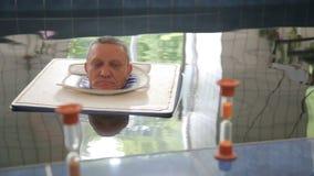KHMELNIK, UCRÂNIA, O 7 DE JULHO DE 2017: Tratamento do sanatório Procedimentos da água Extração da espinha Associação com água en vídeos de arquivo