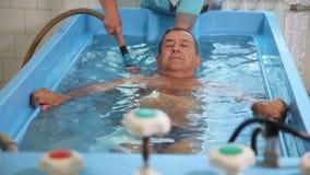 KHMELNIK, UCRÂNIA, O 7 DE JULHO DE 2017: Tratamento do sanatório Termas - 7 Banhos com água natural do rádon video estoque