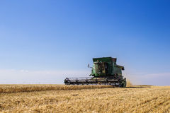 Khmelnitskiy, de Oekraïne - Juli 23: Modern John Deere combineert harve Stock Fotografie