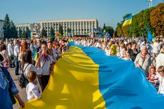 Khmelnitsky, Украина - 24-ое августа 2018 Люди в традиционном Ukr стоковое изображение