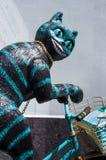 KHMELNITSKY, УКРАИНА - 29-ОЕ ИЮЛЯ 2017: Скульптура усмехаясь кота стоковые фото