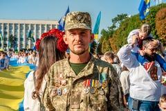 Khmelnitsky, de Oekraïne - Augustus 24, 2018 Een oorlogsveteraan op HOL stock afbeeldingen