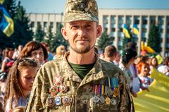 Khmelnitsky, de Oekraïne - Augustus 24, 2018 Een oorlogsveteraan op HOL stock foto