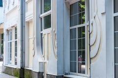 KHMELNITSKY, UCRÂNIA - 29 DE JULHO DE 2017: A fachada da escola o Imagem de Stock Royalty Free