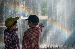 KHMELNITSKY, UCRAINA - 29 LUGLIO 2017: I due fratelli stanno stando fotografia stock libera da diritti