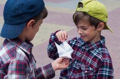 KHMELNITSKY, UCRAINA - 29 LUGLIO 2017: Il ragazzo tiene un pigeo di origami Fotografia Stock