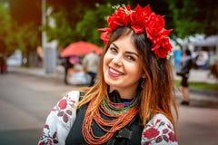 Khmelnitsky, Ucrania - 19 de mayo de 2016 Una muchacha en Ukrai tradicional foto de archivo libre de regalías