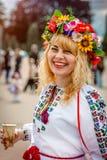 Khmelnitsky Ukraina - Maj 19, 2016 En flicka i traditionella Ukrai Arkivbild