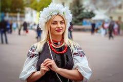 Khmelnitsky Ukraina - Maj 19, 2016 En flicka i traditionella Ukrai Arkivfoton