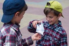 KHMELNITSKY, UKRAINE - 29 JUILLET 2017 : Le garçon tient un pigeon d'origami dans des ses mains Photographie stock libre de droits
