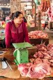 Khmer πωλώντας κρέας γυναικών στην παραδοσιακή αγορά τροφίμων Στοκ Εικόνα