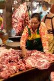 Khmer πωλώντας κρέας γυναικών στην παραδοσιακή αγορά τροφίμων Στοκ Εικόνες