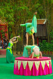 Khmer actoren tijdens de theatrale prestaties Villiage van China acrobatics stock foto's