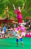 Khmer aktorzy podczas teatralnie występu Porcelanowy villiage akrobacje obrazy stock